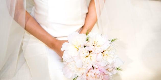 Lo sposo la lascia sull'altare, lei porta tutti a festeggiare al ristorante