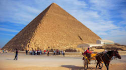 「クフ王のピラミッド」頂上に全裸の男女?動画に批判殺到、エジプト当局が捜査へ