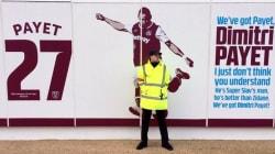 Un steward pour garder une photo de Dimitri Payet (à qui les supporters de West Ham en veulent