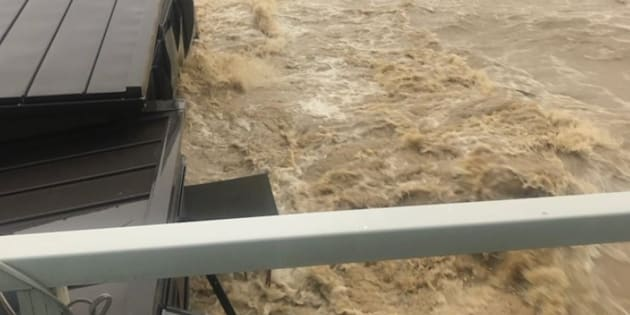 ベランダから撮ったものと思われる。川から氾濫した水が、家の前を流れている。
