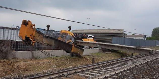 La gru di una ditta privata impegnata in lavori esterni alla ferrovia che ha provocato l'incidente in cui è rimasto coinvolto il treno regionale veloce 10130 Savona-Torino uscito dai binari nel tratto