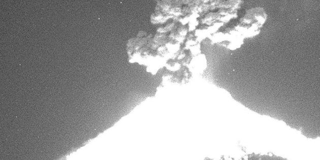 Se registra fuerte explosión en el volcán Popocatépetl.