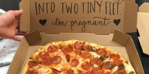 La boîte de pizza qui a servi à annoncer la nouvelle.