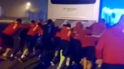 Ces rugbymen ont formé une mêlée pour faire redémarrer leur bus après un
