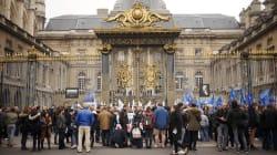 Entre 150 et 200 policiers manifestent en silence devant le Palais de justice de