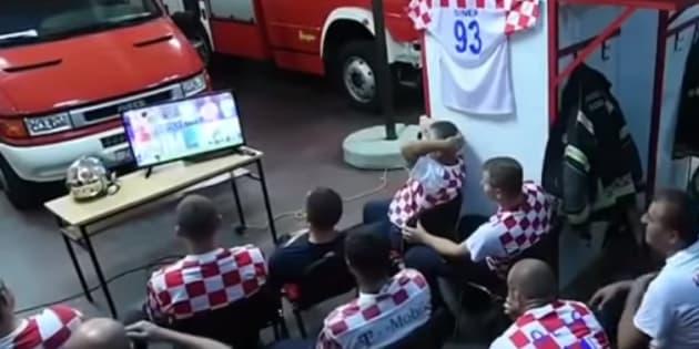 Los bomberos del Departamentode Zagreb miran atentos los penales del partido de Croacia contra Rusia, cuando una alarma los hace saltar de sus lugares.