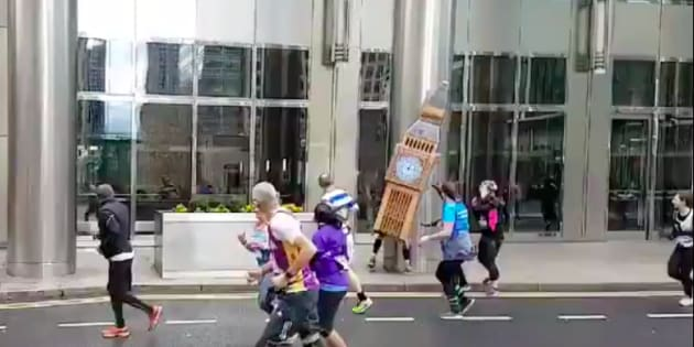Un participant du Vitality Big Half marathon déguisé en Big Ben.