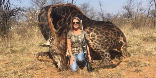 Tess Thompson Talley, posando con la jirafa cazada.