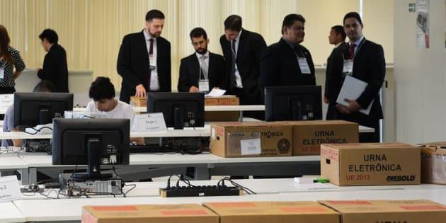 Teste de urnas eletrônicas do TSE em 2014.