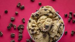 Manger de la pâte à biscuits crue sans