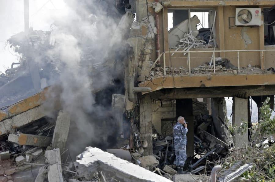 Un soldado sirio en parte del Centro de Estudios Científicos e Investigación (SSRC) en el distrito de  Barzeh, al norte de Damasco.