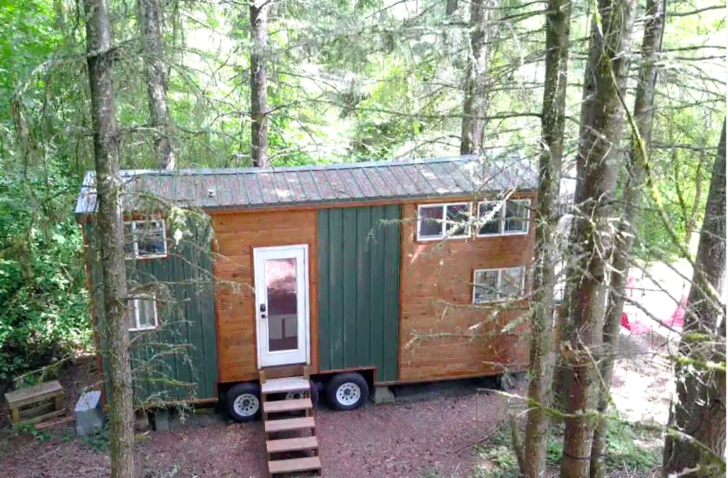 Brian And Alexis Have A Serious Problem With Commitment The Two Never Lived In Same Home For More Than Years So When They Found Tiny House On