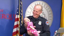 薬物中毒の女の赤ちゃんを、警官が養子に「助けたくても何もできないことが過去にたくさんあった」