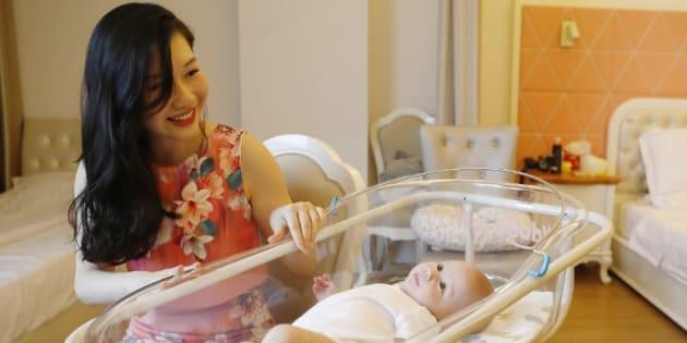 Un mois après l'accouchement, de plus en plus de mères chinoises choyées dans de luxueux centres spécialisés (Xu Jingfang et son bébé au Lake Malaren International Postpartum Care Centre à Shanghai)
