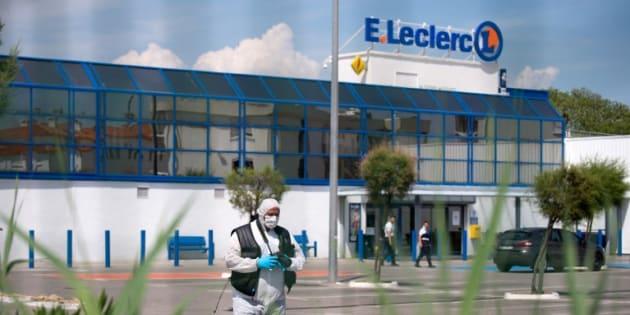 Un membre de la police scientifique, dimanche 17 juin, devant le supermarché Leclerc de la Seyne-sur-Mer où une femme a attaqué au cutter deux personnes.