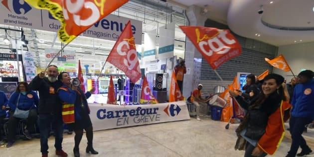Des salariés de Carrefour devant un magasin de Marseille, le 31 mars 2017.