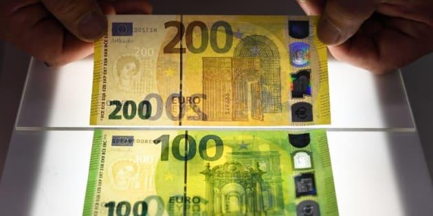 Les nouveaux billets de 100 et 200 euros présentés sur une planche lumineuse le 17 septembre 2018 à Francfort.