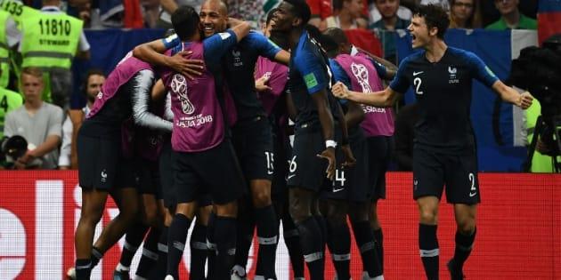 Jugadores franceses celebran después del cuarto gol anotado por Mbappe.