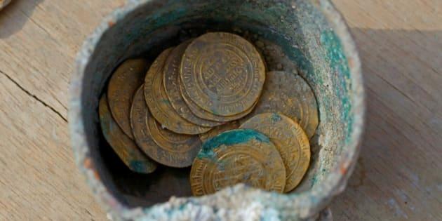 Monedas de oro de hace 900 años descubiertas en el antiguo puerto de Cesarea en el norte de Israel, el 3 de diciembre de 2018