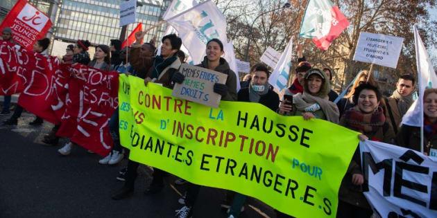 Des étudiants manifestent contre la hausse des frais d'inscription pour les étudiants étrangers le 13 décembre 2018 à Paris.