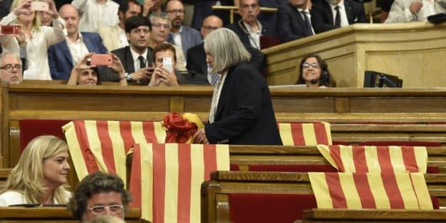 Des drapeaux espagnols laissés par les députés du Parti populaire avant le vote au parlement catalan de Barcelone le 6 septembre 2017.