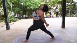 Así desafía las reglas del yoga esta mujer en