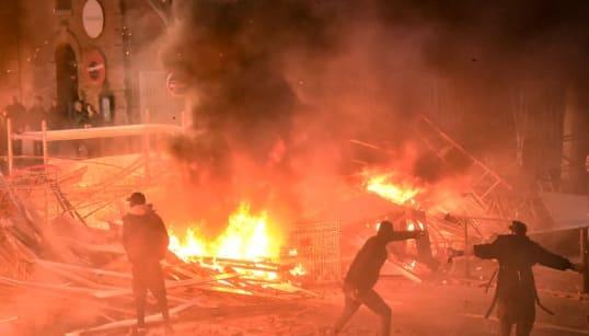 À Toulouse, les images des barricades enflammées illustrent les tensions de la