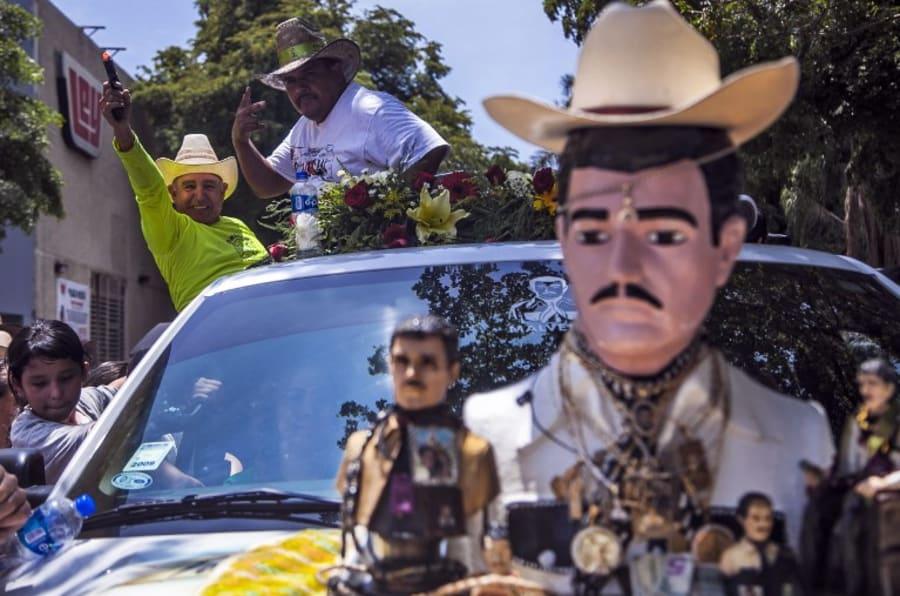 """Así inicia el festejo del 109 aniversario de Jesús Malverde, considerado el """"santo patrón"""" de los narcotraficantes de México."""
