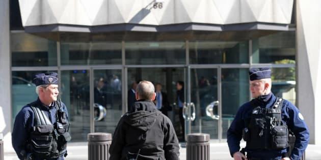 Des policiers devant le siège du FMI, avenue de l'Iéna à Paris.