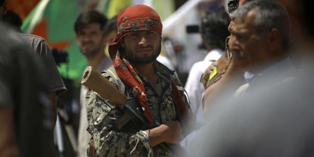 Un combattant des Forces démocratiques syriennes au nord de Raqa en Syrie le 6 juin 2017.