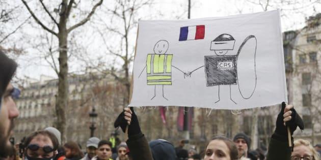 Des gilets soutiennent un mouvement pacifistes, et appellent à cesser les destructions et les violences.