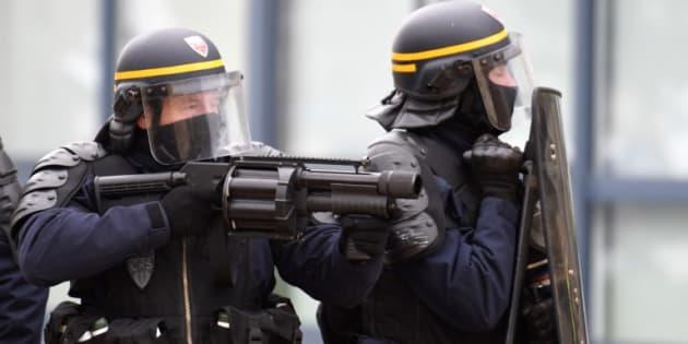 Des policiers avec un lance-grenades anti-émeutes lors de l'acte XIII des gilets jaunes le 9 février 2019 à Lorient (photo d'illustration)