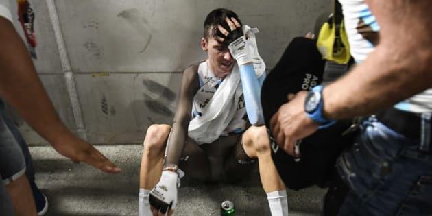 Ces photos de Romain Bardet résument parfaitement son épuisement après le contre-le-montre