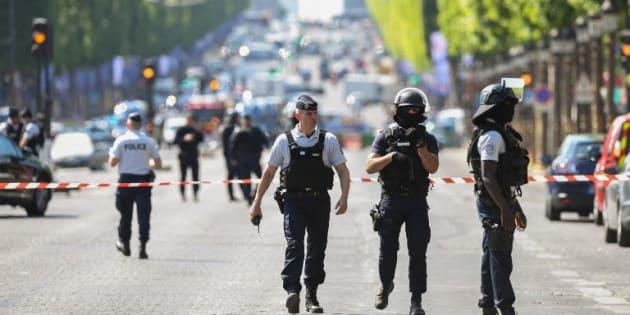Des policiers sur les Champs-Elysées après la tentative d'attentat le 19 juin 2017.