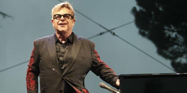 """Le chanteur britannique Elton John sur la scène du festival """"Les Deferlantes"""", à Argelès-sur-Mer en France, le 8 juillet 2016."""