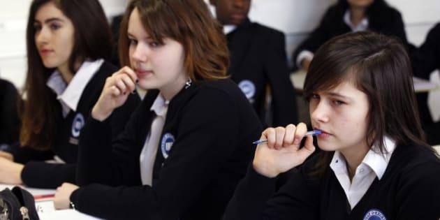 """Le """"retour"""" de l'uniforme à l'école (ici en 2012 dans une école d'excellence en région parisienne), le fantasme d'une  """"d'une école qui n'a jamais existé"""""""