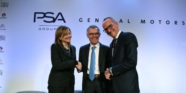 Mary T. Barra, PDG du groupe General Motors, Carlos Tavares, PDG de PSA et Karl Thomas Neumann, PDG d'Opel, lors de l'officialisation du rachat de la branche européenne de GM par le groupe français