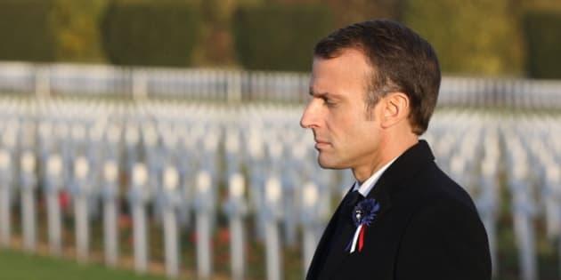 """Alors que son """"itinéraire mémorielle"""" devait lui permettre de reprendre la main, Emmanuel Macron n'a cessé d'être rattrapé par les polémiques."""