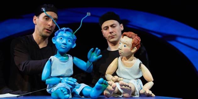 La mise en scène conjointe de Martine Baulne et d'André Laliberté est pleine de tendresse envers les marionnettes qu'elle sait mettre en évidence, même si les manipulateurs sont sur scène et qu'on les voit.