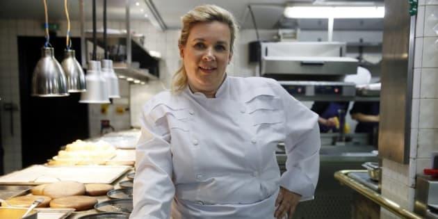 La cheffe étoilée Hélène Darroze (ici dans son restaurant, le 23 avril 2015 à Paris) a réconforté sa filleule Joy Hallyday sur Instagram.
