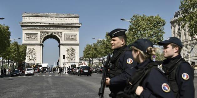 Attentat des Champs-Élysées: cinq personnes en lien avec l'assaillant Karim Cheurfi ont été placées en garde à vue