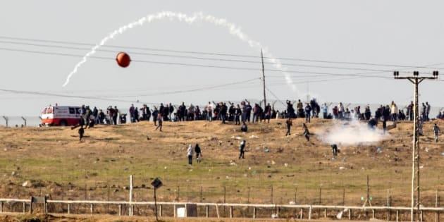 Des heurts entre Palestiniens et soldats israéliens à la frontière Gaza-Israël le 8 décembre 2017.