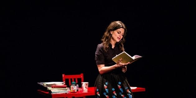 Les allers-retours entre le micro et la table rouge, où sont éparpillés livres et carnets, sont calibrés de façon à conférer du dynamisme à ce discours qui ne serait pas déplacé dans un salon littéraire.