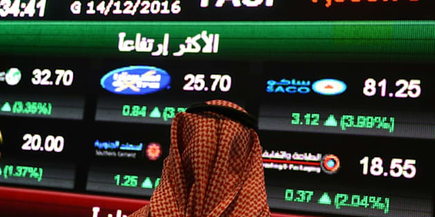 Un Saoudien observe l'indice Tadawul All-Shares Index (Tasi) à Ryad, le 14 décembre 2016