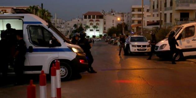 Des policiers jordaniens devant l'ambassade d'Israël à Amman le 23 juillet 2017.