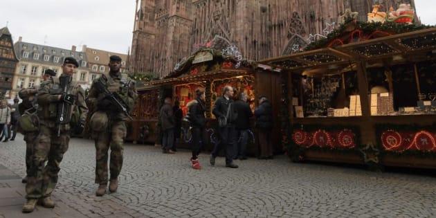 Des soldats au marché de Noël devant la cathédrale de Strasbourg.