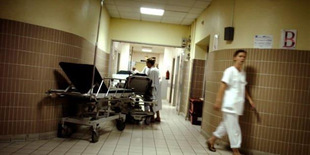 """Les urgences sont """"aux limites de leurs capacités"""" à cause de l'épidémie de grippe (photo d'illustration prise au service des urgences de l'hôpital Edouard Herriot de Lyon)"""