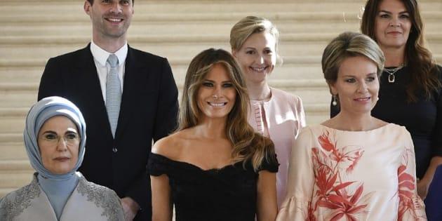 Un hombre posa con las primeras damas de la OTAN