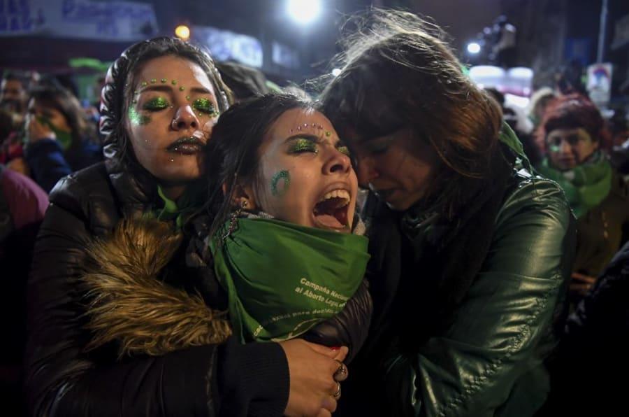 Activistas a favor de la legalización del aborto se abrazan unas a otras afuera de las instalaciones del Senado Argentino que se ubica en Buenos Aires.