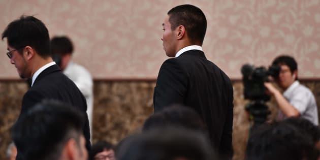 記者会見を終え、会場をあとにする日本大のアメフト選手=5月22日、東京都内幸町の日本記者クラブ